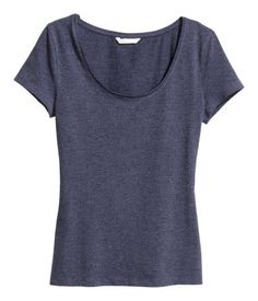 Dark blue melange. Fitted top in jersey with a scoop neckline and short sleeves.