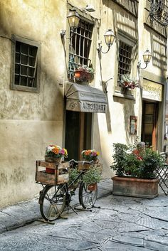If you're thinking of a honeymoon in Italy, read on about the best honeymoon destinations. All you need to know about Rome, Venice, Florence, etc. Places In Europe, Places To Travel, Places To Go, Beautiful Buildings, Beautiful Places, Mode Poster, Italy Honeymoon, Italy Tours, Little Italy