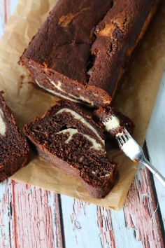 Svampet Chokolade Banankage Med Vanilje Cheesecakefyld Danish Dessert, Dessert Bread, Gateaux Vegan, Cake Recipes, Dessert Recipes, Sweet Corner, Food Cakes, Sweet Desserts, Chocolate Cake