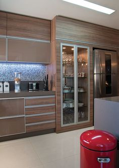 Designing a modern kitchen? Be inspired by this choice of modern-day kitchens to pick the very best coatings, products and accessories for your brand-new space Kitchen Room Design, Kitchen Cabinet Design, Modern Kitchen Design, Home Decor Kitchen, Interior Design Kitchen, Kitchen Furniture, Home Kitchens, Modern Kitchens, Kitchen Ideas