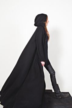 Stunning long wool cloak - Sisters of The Black Moon Character Design Inspiration, Style Inspiration, Writing Inspiration, Estilo Dark, Black Cape, Long Black, Maxi Coat, Black Moon, Cosplay