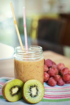 Smoothie Rezept, gesund, lecker. Einfaches Rezept für Smoothie, Actimel. Fruchtsmoothie. Rote Trauben, Bananen, Kiwi. Frühstück, Detox Rezept