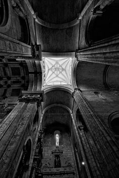 Tecto da Sé Catedral do Porto www.webook.pt #webookporto #porto #igrejas Porto City, Douro, Amazing Architecture, Portuguese, 1, Black And White, Country, Ceiling, Travel