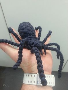 Paracord Spider #550paracord #550cord #paracord #parachutecord #cord #cordage #toy #spider #creature #animal #kids #knots #DIY #crafting #weave #knot #woven #craft #crafting #rope #twine #survival #project