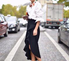 Saia preta e camisa - Jenny Walton usa colar de flores sobre camisa branca e saia midi lápis com fenda White Fashion, Spring Fashion, Casual Dresses, Casual Outfits, Looks Chic, Street Style, Office Looks, Feminine Style, Feminine Fashion