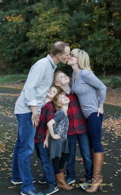 Best family photos, family photo poses, what to wear fall family photos