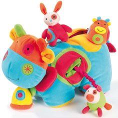 """Un vrai bonheur pour l'éveil des sens de votre bébé, cette petite vache toute douce ! Elle réserve tant de surprises à votre enfant : un cochon pouët, un lapin à billes, une petite vache qui fait """"meuh"""" sur son dos, un miroir sous son sabot ou encore son grelot et ses bruissements."""