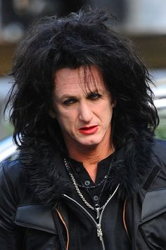 Sean Penn goes goth on the set!