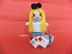 不思議の国のアリスになりたい女の子(笑)のあみぐるみです。思わずクスっと笑ってしまう、かわいい表情に癒されますよ髪の毛はモヘア毛糸ですが、他はレース糸で編んで...|ハンドメイド、手作り、手仕事品の通販・販売・購入ならCreema。