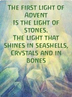 Het eerste licht van Advent is voor het licht van de stenen en mineralen. The first light of Advent is for the light of stones and minerals.