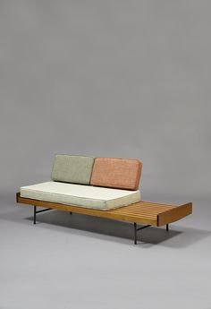 8 pieces of furniture and accessories for a tidy room! Sofa Furniture, Vintage Furniture, Modern Furniture, Furniture Design, Vintage Sofa, Furniture Online, Furniture Companies, Furniture Stores, Cheap Furniture