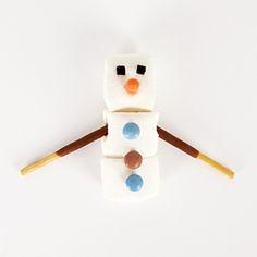 Un do it yourself gratuit, simple, rapide et facile à réaliser qui permet de confectionner un bonhomme de neige. Ce DIY est à déguster pendant le goûter d'anniversaire sur le thème Reine des Neiges ou pour un atelier de noël !