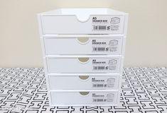 100均セリアの新商品「A5引き出しボックス」と「A5引き出しラック」の収納アイデアやサイズ、活用法をブログでレポート。ボックスとラックは別売りで、積み重ねて使用することができます。白色のおしゃれな引き出しボックスはシンプルインテリアと相性バッチリ。