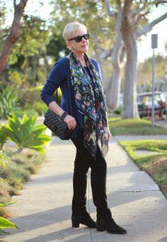 Black and blue, love this combo! - une femme d'un certain âge