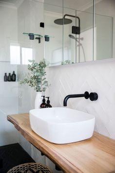 White tiles with white grout – Weiße Fliesen mit weißem Fugenmörtel – Decor, Interior, White Tiles, Stylish Bathroom, Home Decor, House Interior, Bathroom Inspiration Decor, Bathrooms Remodel, Bathroom Decor