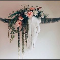 Longhorn skull with flowers, I would love to get some skulls and decorate them with faux flowers and greenery Deer Skull Decor, Cow Skull Art, Deer Head Decor, Western Bedroom Decor, Western Decor, Bull Skulls, Animal Skulls, Bull Skull Tattoos, Painted Cow Skulls
