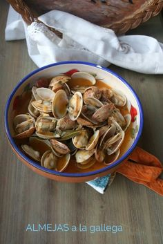 El Ágora de Ángeles: ALMEJAS A LA GALLEGA Spanish Kitchen, Spanish Cuisine, Spanish Food, Home Recipes, Cooking Recipes, Clams, Tapas, Sushi, Seafood