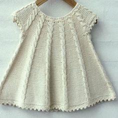 Dress Patterns For Little Girls Tunics Girls Knitted Dress, Knit Baby Dress, Knitted Baby Clothes, Baby Cardigan, Knitting For Kids, Baby Knitting Patterns, Baby Patterns, Free Knitting, Dress Patterns