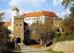 Bítov Castle is a castle on a steep promotory towering above the meandering River Želetavka, near the Vranov reservoir, in the village of Bítov, some 25 kilometres northwest of Znojmo, Czech Republic. Places To Travel, Places To See, Travel Destinations, Medieval Castles In Europe, Castle Ruins, Europe Photos, Beautiful Castles, Architecture Old, Countries Of The World