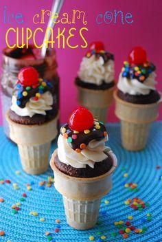 Estos cupcakes con forma de cono de helado son únicos y divertidos. El Pastel de chocolate húmedo se cuece dentro de un cono y se cubre con crema de mantequilla de vainilla, chocolate y una cereza. #CupcskesParaFiestas