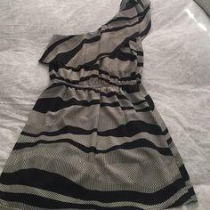 One shoulder dress Beautiful one shoulder black and white dress with elastic waist- very flattering! Black liner inside skirt. Dresses One Shoulder