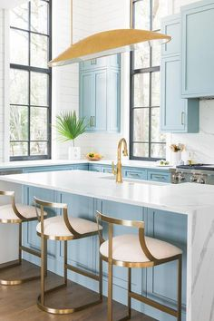 Blue and white kitchen accented with gold finishings such as a gold linear moder White Kitchen Cabinets accented Blue finishings Gold Kitchen linear moder White Home Decor Kitchen, Interior Design Kitchen, Kitchen Furniture, New Kitchen, Home Kitchens, Shaker Kitchen, Kitchen White, Closed Kitchen, Color Interior