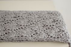 people webs: pattern: chunky circle scarf-- love the texture of this. Col Crochet, Crochet Patron, Manta Crochet, Chunky Crochet, Crochet Stitches, Crochet Shawl, Free Crochet, Chunky Yarn, Crochet Clutch