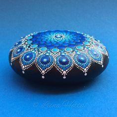 Stone Mandala Deep Blue Ocean Drop de LionaHotta en Etsy https://www.etsy.com/es/listing/554795297/stone-mandala-deep-blue-ocean-drop