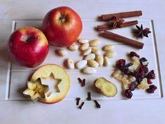 Suroviny, které potřebujete k výrobě severské varianty svařeného vína. Tradiční nápoj obsahuje kromě červeného vína také vodku a přidává se do něj drobné sušené ovoce a mandle.