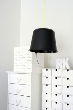 DIY: BUCKET LAMP I've been thinking about theese buckets for quite a while, wondering what you can do with them. This is one thing. Modern House Design, Modern Interior Design, Home Design, Diy Crafts Magazine, Diy Luminaire, Diy Casa, Living Room Designs, Interior Decorating, Diy Decorating