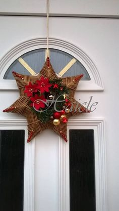 Christmas Baubles, Simple Christmas, Christmas Crafts, Paper Weaving, Christmas Decorations For The Home, Newspaper Crafts, Fall Diy, Holiday Wreaths, Flower Crafts