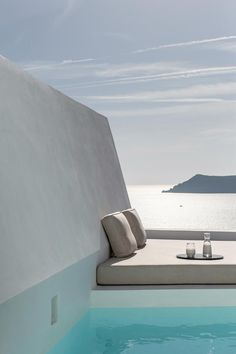 Hotel Saint Luxury Suites & Spa (Griechenland Ia) - Booking.com The Saint, Santorini Caldera, Santorini Greece, Indoor Outdoor Living, Outdoor Pool, Outdoor Decor, Spa, Plunge Pool, Restaurant