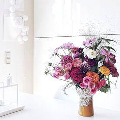 """Fieselwetter braucht besondere Maßnahmen  Öhm... Genau! Manchmal darf es auch gerne mal mehr sein! . Wer mehr sehen mag oder weniger vom Strauß oder alle Hintergründe Gründe Motivationen... Oder den bebilderten Bericht zum Blumen-Workshop mit Anastasia @stilzitat in München...  #ganzneu #undfrischverzapft #neuerblogpost #aufdemblog #direktlinkimprofil #easypeasyanklickbar  . I picked """"some"""" fresh flowers. The beautiful garden of our local flower shop is still in full bloom  #newblogpost…"""
