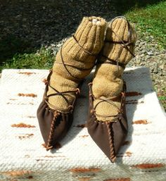 Ciorapi, opinci/set de cryssta Breslo Mountain Climbing Gear, Folk Costume, Costumes, Romania, Gladiator Sandals, Moccasins, Lace Up, Footwear, Flats