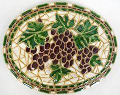 Arte mosaico Original Racimos de uva de vino Tamaño: 9 1/2 de x 12 Oval x 1 de espesor Peso: 4 lbs. Casa de abetos susurrantes está orgulloso de ofrecer este mosaico original titulado Racimos de uva de vino por Kathy Thompson, Newberg, Oregon. artista. Mosaicos de Kathy son no sólo muy bien diseñados y elaborados; sin embargo, inusual en el hecho de que le hace realmente todas las fichas desde el principio. Después de dibujar su diseño y hacer un patrón, ella mano cortes rodados hacia fu...