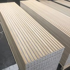 idee Buying The Engagement Ring The most widespread of engagement traditions is the groom presenting Timber Walls, Wood Panel Walls, Wooden Walls, Wood Slat Wall, Wood Slats, Wood Paneling, Tv Wall Design, Ceiling Design, Timber Cladding