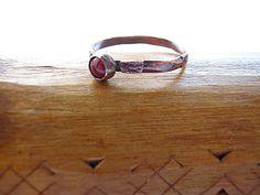 Burgundy enamel ring, classical pattern, size 7 / Klasszikus mintájú gyűrű borvörös zománccal, 54/55-ös méret.