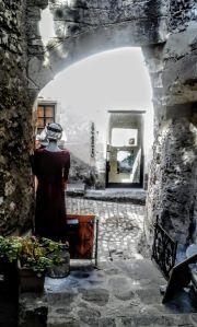 Dans les rues des Baux de Provence, dont je vous parle dans un article collaboratif Rues, Outdoor, Beautiful Places, Places To Visit, Landscapes, Outdoors, Outdoor Games, The Great Outdoors