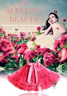 Sukně Dolly Petti Šípková Růženka Nádherná dolly sukně z růžového království. Nepřehlédnutelná melounově růžová barva vás okouzlí na první zahlédnutí. Ta nejjemnější petti sukně z hebkého nylonu, kterou si prostě musíte zamilovat. Bohatý objem a nařasení z vás udělá dokonalou dámu, saténový pas se stuhou se přizpůsobí díky regulační gumě. Doporučujeme kombinovat s jednoduchým, hladkým topem, tričkem, krátkým sáčkem, džínovou či koženou bundičkou, jako botky můžete zvolit boty na podpatku…