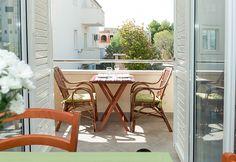 Decoração de varanda em apartamento. Apartamentos com varanda. Como decorar a varanda. Móveis de madeira na varanda.