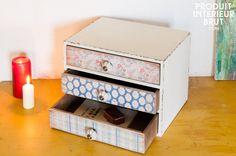 Un rangement que vous pourrez utiliser comme table de chevet original avec trois tiroirs disponibles pour y ranger vos livres de lecture du soir et autres accessoires.