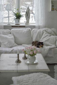 06 shabby chic whitewashed family room - Shelterness