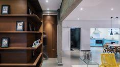 Detalhe de estante em um apartamento em São Paulo, SP, Brasil.  Arquiteto: Flavio Castro.  http://www.homedit.com/renovated-apartment-by-architect-flavio-castro/