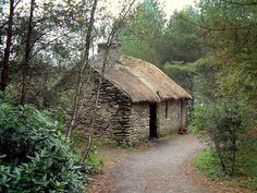 Cottage in the Woods, Ulster American Folk Park, National Museum, Omagh, Northern Ireland. Stone Cottages, Cabins And Cottages, Stone Houses, Beautiful Buildings, Beautiful Homes, Beautiful Places, Cottage In The Woods, Cozy Cottage, Irish Cottage