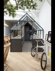 Sous verrePour bénéficier de la lumière zénithale, Grégoire a logé la cuisine (Ikea) dans une serre de jardin achetée en kit (Garden Factory), peinte et ...