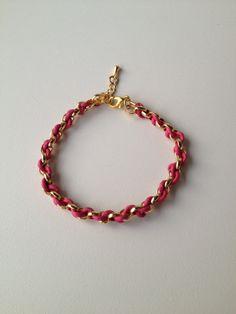chain bracelet with pink string pulseira de corrente dourada trançada com fio rosa