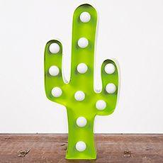 Lampe LED en forme de cactus en métal par Sass & Belle. Lampe à l'esprit rétro fonctionne avec des piles et pourra donc vous suivre partout dans la maison.