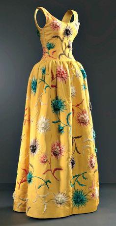 Evening gown, by Balenciaga, 1960. Belonged to Princess Grace of Monaco. Photo © Cristóbal Balenciaga Museoa.