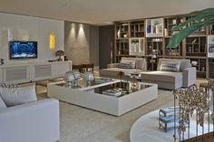 Moderno, iluminado, aconchegante e amplo, a sala projetada por Léa Braun conta com uma grande estante de 4,90m.