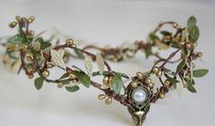 FOR RENT: Wald-Elfen Tiara mit grüner Perle / Woodland tiara Price: 12 Euro per Week Rent it here: http://ift.tt/2k5B0G4 - http://ift.tt/1HQJd81